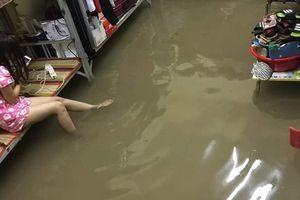 Chỉ một bức ảnh cũng đủ kể hết bao nỗi khổ sinh viên ở KTX bị ngập lụt do ảnh hưởng của bão số 9