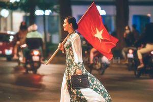 Bức ảnh hot nhất mùa AFF Cup 2018: Nghệ sĩ Chiều Xuân trong bộ váy hoa xanh cầm cờ Tổ quốc đi trên phố