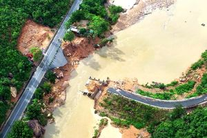 Cận cảnh cây cầu Nước Ngọt gãy đôi trong lũ dữ khiến 300 hộ dân bị cô lập ngoài biển đảo