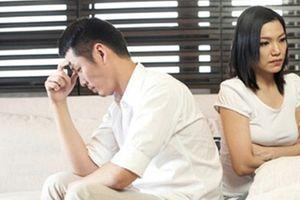 Vừa đi làm vừa chăm con, vợ vẫn bị chồng nói 'không bằng một góc người ta'