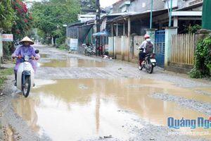 Đường biến thành 'ao' sau khi nhà thầu mượn đường để thi công cao tốc