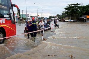 Cảnh sát dìu dân qua điểm ngập sâu trên QL1 qua Bình Thuận