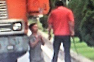 Triệu tập tài xế xe đầu kéo dọa chém, ép đồng nghiệp quỳ giữa đường
