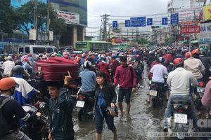'Choáng' với kẹt xe, ngập nước ngày đầu tuần ở Sài Gòn