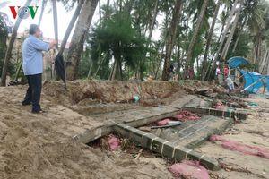 Hàng chục thuyền đánh cá ở Bình Thuận bị sóng đánh vỡ