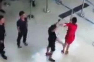Nữ nhân viên hàng không bị tát, đạp: Sao an ninh sân bay chậm thế?