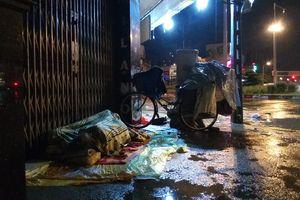 Những phận đời trong đêm mưa ngập sâu chưa từng có ở TP.HCM
