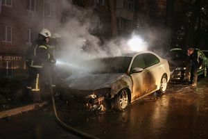 Xe biển ngoại giao Nga bị đốt cháy ở Kiev sau căng thẳng trên Biển Đen