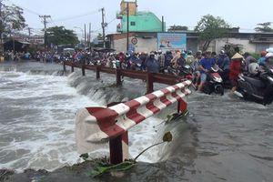 Nước cuốn trôi người đàn ông cùng xe máy xuống kênh ở TP.HCM