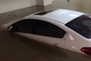 Ô tô 'ngụp lặn' trong hầm chung cư ngập nước, ai phải bồi thường?