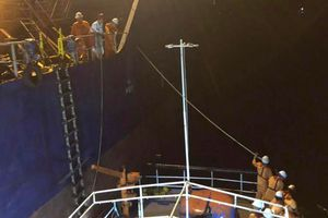 Tàu va đá ngầm, 8 thuyền viên kêu cứu vô vọng trong đêm tối