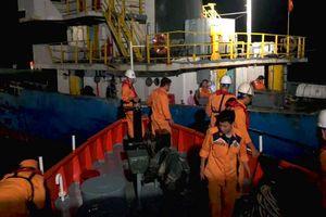 Cứu 3 thuyền viên rơi xuống biển sau khi tàu va đá ngầm