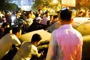 Cháy lớn ở xưởng nội thất ô tô, người dân hò nhau đẩy xe tháo chạy