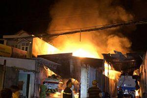 NÓNG: Cháy, nổ dữ dội bãi chứa nhiều xe bồn chở xăng dầu