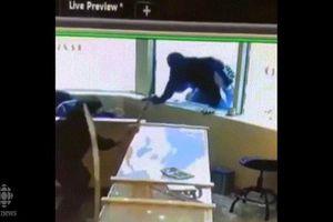 Nhân viên cửa hàng trang sức múa kiếm đuổi băng cướp Canada