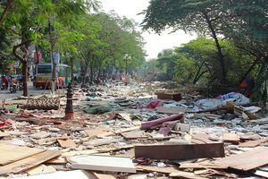 Tháo dỡ gần 400 gian hàng, chợ tạm Ngã Tư Sở như một bãi rác