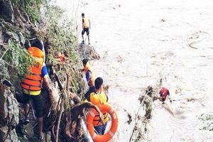 Một thợ xây bị nước lũ sông Than cuốn mất tích