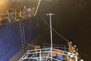 Cứu 8 thuyền viên hoảng loạn giữa sóng to gió lớn do hoàn lưu bão số 9