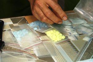 Hai thanh niên phá cửa phòng trọ của bạn để giúp tẩu tán ma túy