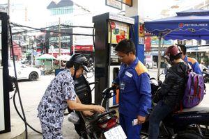 Giá xăng giảm mạnh nhưng hàng tiêu dùng, vận tải vẫn giữ giá