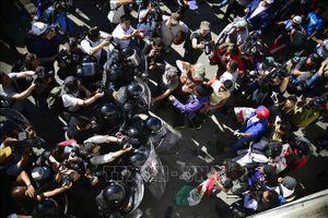 Tổng thống Mỹ biện hộ cho việc sử dụng hơi cay để giải tán người di cư