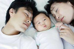 Những điểm lợi và hại để cha mẹ cân nhắc việc cho con nhỏ ngủ chung