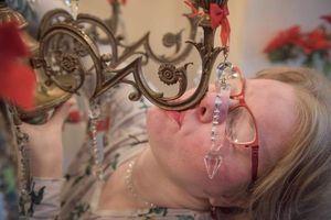 Người phụ nữ đính hôn với đèn chùm cổ 91 năm tuổi