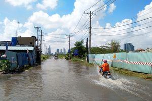 Bão qua 2 ngày, nhiều tuyến đường TP.HCM vẫn ngập nước