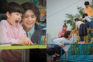 Còn 1 ngày nữa sẽ chiếu, 'Encounter' tung loạt ảnh hồn nhiên, đáng yêu Park Bo Gum chơi đùa với trẻ con