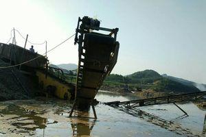 Thanh Hóa: Thủy điện tích nước, ô tô, máy xúc 'lóp ngóp' trong lòng hồ