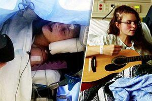 Hy hữu: Cô gái vừa phẫu thuật mổ não, vừa hát thánh thót như họa mi