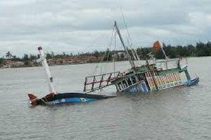 Hai tàu cá đang neo đậu tránh bão số 9 thì bị sóng đánh chìm