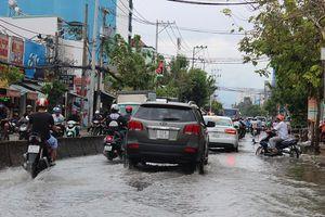 TP.HCM: Sau bão số 9, đường phố vẫn ngập sâu