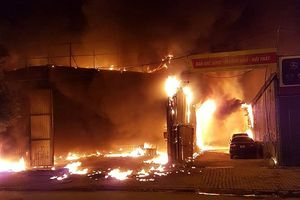 Cháy xưởng sửa chữa ô tô, gần trường Nam Trung Yên, Hà Nội