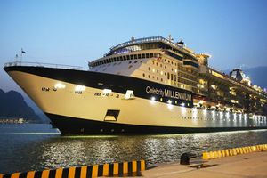 Tàu du lịch 5 sao chở hơn 3.000 du khách cập cảng tàu khách quốc tế đầu tiên của Việt Nam