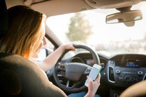 Nhắn tin điện thoại cũng giống nhắm cả hai mắt khi lái xe