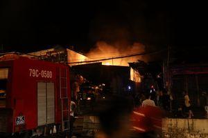 Hỏa hoạn thiêu rụi 6 xe bồn, 2 chiến sĩ cảnh sát PCCC bị thương
