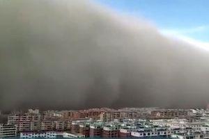 Bão cát tấn công thành phố ở Trung Quốc như trong phim