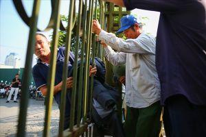 Sốt vé bán kết AFF Cup 2018: Hàng trăm cổ động viên vây kín cổng VFF