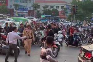 Va chạm giao thông, 2 người đàn ông 'đấu võ' giữa phố Hà Nội