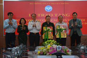 Bộ Thông tin và Truyền thông tặng 3.000 cuốn lịch bloc cho một số đơn vị quân đội