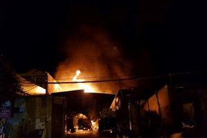 TP Nha Trang: Bãi chứa xe bồn chở xăng dầu bốc cháy dữ dội, người dân chạy toán loạn