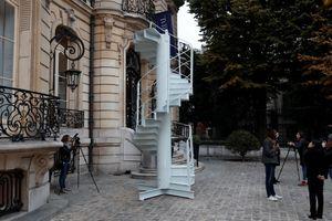Đoạn cầu thang tháp Eiffel bán giá 4,45 tỉ đồng