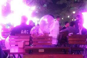 Dân chơi Quảng Ninh 'phê pha' với bóng cười tại nơi công cộng