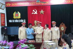 CSGT Thanh Hóa trao trả 30 triệu đồng cho người dân