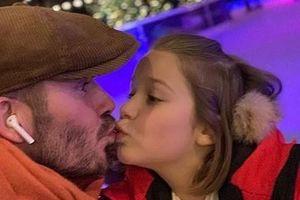 Showbiz 28/11: David Beckham gây tranh cãi vì nụ hôn với con gái
