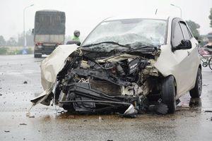 Hà Tĩnh: Đâm vào xe tải, ô tô con nát đầu, 3 người nguy kịch