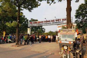 Không mua được vé qua mạng, hàng trăm cổ động viên vây kín cổng VFF