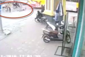 Clip thanh niên bị giang hồ truy sát, chém đứt tay trước bốt CSGT Bắc Ninh