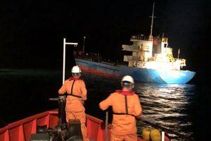 Tàu hàng va đá ngầm, 3 người rơi xuống biển